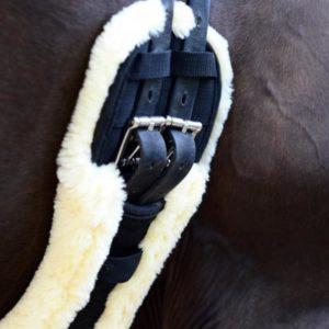 Kentucky Horsewear Sheepskin Short Girth dressyrgjord med konstgjort fårskinn